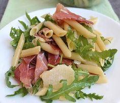 PASTA FREDDA: RUCOLA SPECK E GRANA Caesars Salad, Cooking Recipes, Healthy Recipes, Healthy Food, Fat Foods, Italian Pasta, Penne, Pasta Salad, Italian Recipes