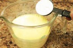 Mezcla la leche evaporada con harina.