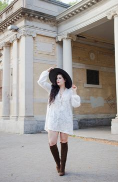 Noelle Downing of Noelle's Favorite Things effortlessly pairs an H&M white tunic & black brimmed hat. | H&M OOTD