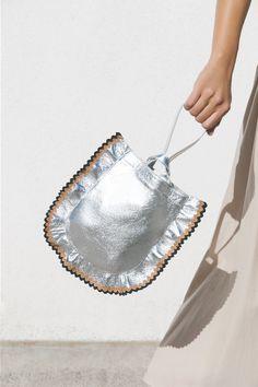 Choosing The Perfect Handbag That's Suitable For All Season - Best Fashion Tips Pochette Diy, Potli Bags, Silver Bags, Bowling Bags, Fabric Bags, Chanel Handbags, Designer Handbags, Black Cross Body Bag, Handmade Bags
