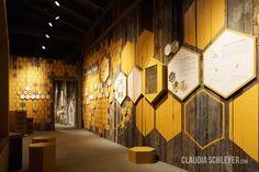 An interactive hands-on exhibition about bees at Karls Erlebnisdorf Berlin Wustermark. Interaktive Ausstellung über Bienen - die Geschichte von der Blüte zum Honig.