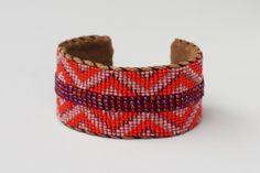 Chouchou du jour : Le Bracelet Manchette Perles Ora de A beautiful Story !  En perles de verre et daim.  Bracelet ethnique fabriqué dans le respect des principes du commerce équitable au Népal.