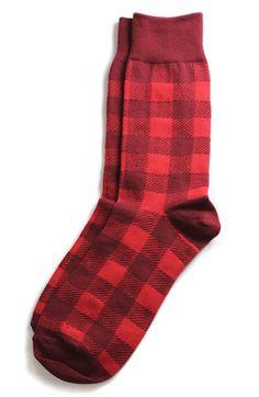 La tradicion en Espana a dar un amigo, o miembro de tu familia un calcetine. Necesitamos muchos calcetines rojas para la gente, para suerte en el Nuevo Ano.