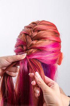 """Flecht-Anleitung: Der Bauernzopf ist die perfekte Frisur an """"Bad Hair Days"""": Mit frisch gewaschenen Haaren würde der Zopf gar nicht so gut halten!"""