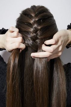 How to french braid your own hair brunette girl braiding back of head Fishtail Braid Hairstyles, Braided Hairstyles For Wedding, Easy Hairstyles For Long Hair, Unique Hairstyles, Hairstyles Haircuts, Latest Hairstyles, Ladies Hair Style Video, Natural Hair Styles For Black Women, Long Hair Styles