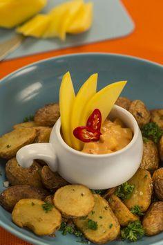 Devos Lemmens | Sauce dip mangue et piment Ingrédients : 8 cuillères à soupe de sauce Cocktail D&L  1 mangue 1 piment frais Sauce Cocktail, C'est Bon, Curry, Cocktails, Eggs, Breakfast, Food, Mango, Kitchens