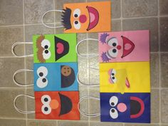 Sesame street favor bags for kids birthday party Birthday Gift Bags, 2nd Birthday Parties, Birthday Ideas, Sesame Street Party, Sesame Street Birthday, Kid Party Favors, Party Bags, Elmo And Cookie Monster, Elmo Party