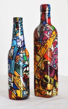 Garrafa reutilizada, pintada, revestida com papel, delicadamente trabalhada em mosaico. Com carinho para enfeitar qualquer ambiente.