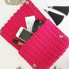 Что же взять с собой? Да, бери всё. А если без шуток, то в этот клатч реально помещается очень много дамских штучек Девочки, успейте подготовиться к жарким денёчкам, мои сумочки очень хотят к вам в ручки  ЦЕНА: 1800₽ #Po_Letta #вязаныйклатч #вязанаясумка #клатч #сумка #ручнаяработа #стиль #мода #handmade #kniting #knitbags #knitclutch #bag #clutch #style #fashion #bags #russia #люблюфотографировать #instagram #краснодар #сочи #crochet #crocheting #tshirtyarn #трикотажнаяпряжа #сумк...