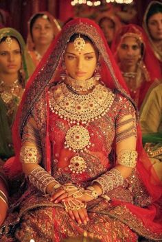 Aishwarya Rai Bachchan as Queen Jodha in Jodha Akbar ( Bridal Wear ) Bollywood Indian Bridal Outfits, Indian Bridal Fashion, Indian Dresses, Bollywood Stars, Bollywood Fashion, Bollywood Bridal, Vintage Bollywood, Rajasthani Bride, Jodhaa Akbar