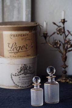 フラコン・ド・パルファム-antique baccarat perfume bottle 霞む向こう側。境界を曖昧な柔らかい影に変えるアシッドグラビュールというガラスエッチングの技法が施されたバカラ社、19世紀半ば〜19世紀末の頃の2点。反転、透明度を追求したクリアな蓋。鉛の含有量多く、しっかりとした重さを保つ希有なもの。金彩に擦れが御座いますが、全体にチップ、ヒビなく綺麗なコンディション。