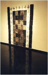 Para Vento (Porta Sagrada) Gravação em encástica, carvão e emulsão de cola sobre oitenta e uma partes retangulares de tecido de algodão; campo construído e fixado com pregos diretamente sobre a parede. 178 x 135 cm R$: 8.831,42