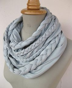 DIY: braided scarf tutorial - I am so making this! Scarf Tutorial, Diy Tutorial, Photo Tutorial, Necklace Tutorial, Diy Tresses, Braided Scarf, Loop Scarf, Circle Scarf, Braided Necklace