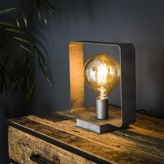 This industrial table lamp has a single light source and is made of metal and is finished in old silver. The light source distributes the light in a beautiful way through the room, creating a great ambiance. Industrial Ceiling Lights, Industrial Table, Table Extensible, Steel Table, Pipe Lamp, Light Project, Led Lampe, Beautiful Lights, Sconces