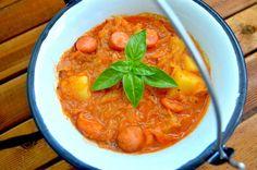 Kociołek z młodą kapustą, ziemniakami i kiełbasą to pożywne szybkie i proste danie jednogarnkowe w sam raz na obiad dla całej rodziny. Dla wielbicieli takich potraw młodą kapustę można zamienić na kiszoną. Pyszny smak i sycący obiad gwarantowany. składniki na 5 porcji 1 mała główka młodej kapusty 50 dag ziemniaków 1 duża cebula lub 2 …
