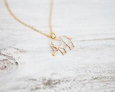Niedlicher Elefanten Anhänger aus Messing gelasert in Origami Stil (geometrisch) baumelt an einer feinen, goldfarbenen Gliederkette. Info: Bitte auf die Größe achten, manchmal sind es die...