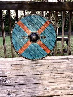 Ragnar Lothbrok Vikings, Escudo Viking, Viking Shield, Viking Costume, Viking Clothing, Renaissance Fair, Painting Leather, Dark Ages, Wood Planks
