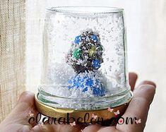Esta manualidad es muy sencillita e ideal para hacerla con los niños. Son bolas hechas con envases de cristal y con un toque más infantil utilizando plastilina.