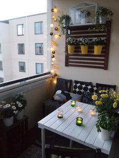 Suosin parvekkeellamme enemmän tuikkuja ja kynttilöitä, mutta myös valosarja tuo tunnelmaa.