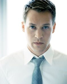 T.R. Knight and he is from minnesota. Dr George O'Malley