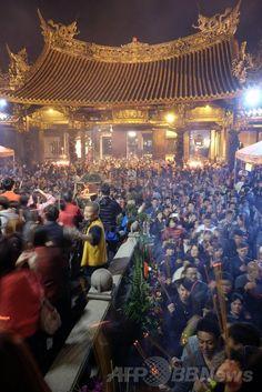 台湾・台北(Taipei)で、春節(旧正月、Lunar New Year)に龍山寺(Lung Shan…