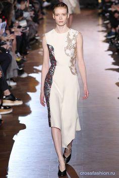 Когда большинство дизайнеров упражнялись в конструировании сложных, подчеркивающих талию, нарядов, Стелла МакКартни создавала асексуальные, в традиционном понимании, коллекции одежды. Когда же прямой ...
