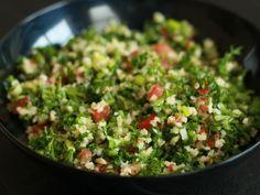 Además de delicioso, el tabule es muy saludable. Si alguna vez te has preguntado cómo preparar esa deliciosa ensalada de los restaurantes de comida árabe, no te puedes perder esta receta: Porciones: 4-6 Ingredientes