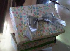 Caja para dulces  Materiales: Cartulina  Aplique: cinta+lazo