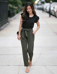 Olive green pants are like your muted pants, except these are easier to style, versatile, and set you apart from others. In this article we discuss what to wear with olive green pants and the different ways to style them. Read on. Olive Green Pants Outfit, Flowy Pants Outfit, Olive Green Dresses, Jumper Pants, Blouse Outfit, Outfits With Olive Pants, Green Top Outfit, Kaki Pants, Sweats Outfit