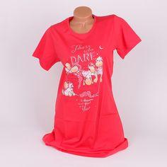 Свежа нощница, изработена от памук, в червен цвят и с къси ръкави, дълга над коленете. Заоблено деколте и сладурска апликация в средата - кош с овчици и голям надпис.