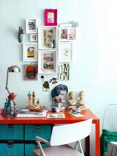 Objetos e quadros decorativos compõe sobre escrivaninha do home office