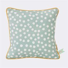 Laadukas, vaaleanharmaa Dots-tyyny on valmistettu luonnonmukaisesta puuvillasta. Ferm Livingin suunnitteleman tyynyn täplikäs kuosi on käsinpainettu. Luo viihtyisä tunnelma huoneeseen ja hanki tyynyn vierelle jonkin muun värinen Dots-tyyny. Kokeile yhdistää tähän vaaleanharmaaseen tyynyyn esimerkiksi saman sarjan roseenvärinen tyyny.