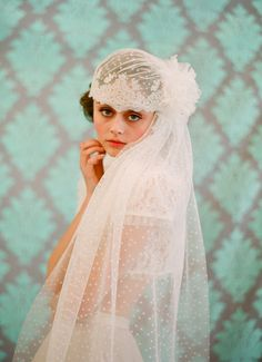 It doesn't get much more feminine than this French-inspired bridal cap. It has a detachable dot lace train and detachable veil attached to a gold plated wire comb, so customizing your look is simple. Vintage Bridal, Bridal Lace, Bridal Style, Flower Vintage, Vintage Weddings, Juliet Cap Veil, Velo Vintage, Wedding Veils, Bridal Veils