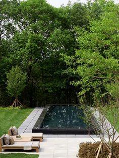 piscina retangular com revestimento preto