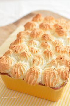 Clătitele cu brânză şi bezea la cuptor sunt un fel de ruda mai modestă a delicioaselor şi faimoaselor clătite bănăţene. Conform reţetei originale, peste clătitele bănăţene se toarnă un sos fin şi b… Waffles, Pancakes, Romanian Desserts, I Foods, Macaroni And Cheese, Sweet Treats, Cheesecake, Goodies, Food And Drink