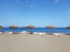 Milos wordt vooral geroemd vanwege de spectaculaire kustlijn. Deze is grillig en vol grotten en inhammen, en uiteraard grenzen hieraan stranden, sommige van fijn zand en andere met kiezels. Milos telt er in totaal maar liefst 75! #Milos #Melos #Griekenland #Reizen #Travel #Cycladen #Strand #Beach Patio, Outdoor Decor, Travel, Viajes, Destinations, Traveling, Trips, Terrace