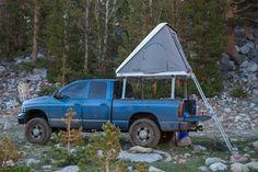 wohnanhänger blauer geländewagen aluminiumleiter zelt
