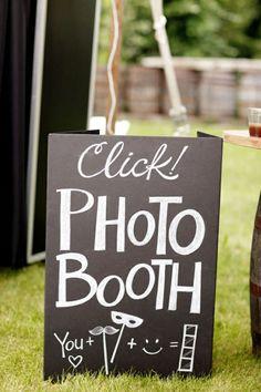 idée créative pour un photomaton de mariage, un panneau de signalisation en ardoise