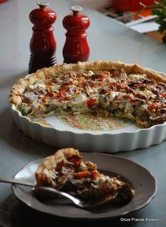Een provencaalse groentequiche met courgette, aubergine, rode paprika, kerstomaatjes, geitenkaas, ham en pijnboompitten....