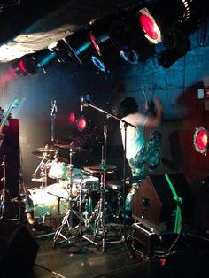 5/4大阪、5名古屋「Synesthesia」ツアー写真をFacebookにアップしました→facebook.com/schroederheadz  写真は、壁を叩くキングこと、鈴木浩之 @bonzofreak   果たして、今日は、何を叩く?