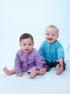 Free Pattern - This simple top down buttoned #knit cardigan is an essential piece for babies.