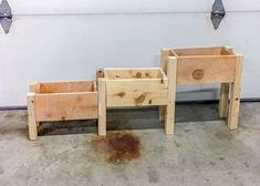 DIY tiered planter Love this idea There are free plans and video too Planter Box Plans, Raised Planter Boxes, Tiered Planter, Garden Planter Boxes, Diy Wooden Planters, Wooden Diy, Wooden Garden, Diy Pallet Projects, Woodworking Projects