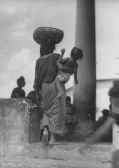 Tina Modotti Woman with Child at Market, Carrying Basket, Tehuantepec, Mexico Tina Modotti, Edward Weston, Gordon Parks, Street Photography, Art Photography, Female Photographers, Mother And Child, Artist Art, Black And White Photography