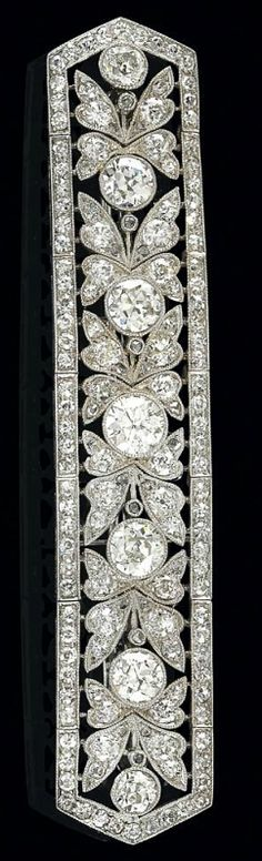 An Art Deco brooch, total weight ca. 5,20 ct  platinum 950, larger old-cut brilliants, total weight ca. 2,20 ct, and smaller old-cut brilliants, -diamonds and diamond rhombs, total weight ca. 3 ct, 12,7 g, also to be used as a bracelet segment, brooch element detachable