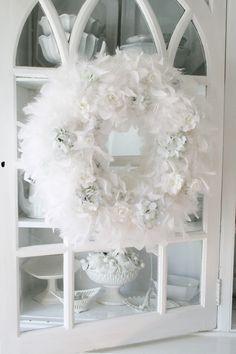 A winter white wreath. www.holidaywithmatthewmead.com
