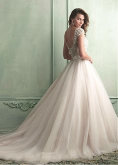 Amazing Tulle Ball Gown Scoop Neckline Natural Waistline Wedding Dress