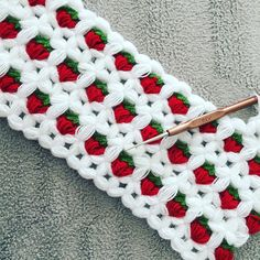 This Pin was discovered by Mer Wiggly Crochet, Crochet Bebe, Crochet Baby Hats, Free Crochet, Crochet Stitches Patterns, Crochet Designs, Stitch Patterns, Diy Crafts Crochet, Crochet Projects