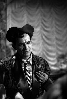 """Antonio Espino """"Clavillazo"""" durante una actuación, retrato."""