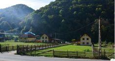 Locul din Transilvania care rivalizează cu frumoasele sate de munte din Austria Austria, Mansions, House Styles, Decor, Places, Decoration, Fancy Houses, Decorating, Deco