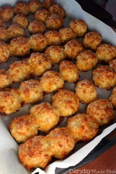 Spicy Chicken Cheeseballs Let's get to this recipe so that you can make these perfectly moist every time Spicy Chicken Cheeseballs!Read More - Spicy Chicken Cheeseballs Yummy Appetizers, Appetizers For Party, Appetizer Recipes, Dinner Recipes, Party Snacks, Chicken Balls, Snacks Sains, Sausage Balls, Cheese Ball Recipes